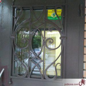 Кованая решётка на двери. Ручная ковка.