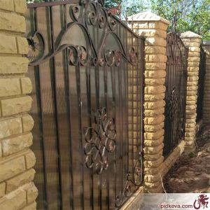 Кованый зашитый профнастилом забор