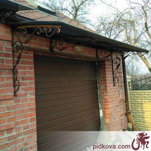 Кованый навес над входом в гараж