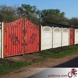 Кованые ворота с калиткой с красным профлистом
