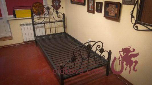 Кованая кровать с металлическими ламелями