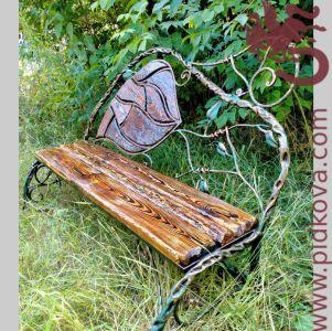 Кованая садовая лавочка с состаренным деревом и патиной