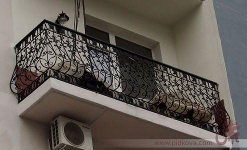 Кованый выгнутый густой балкон