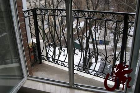 Ограждение балкона с коваными элементами