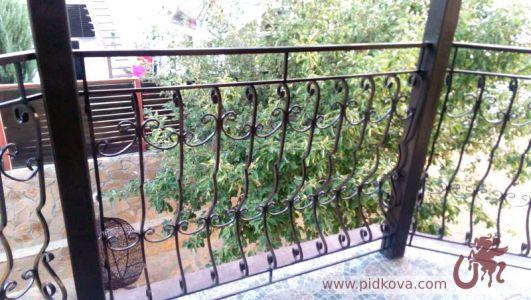 Балкон с выгнутыми стойками