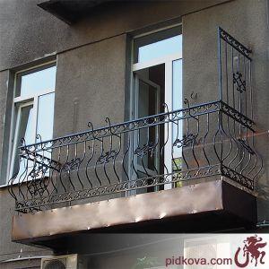 Кованое балконное ограждение с зашитой плитой