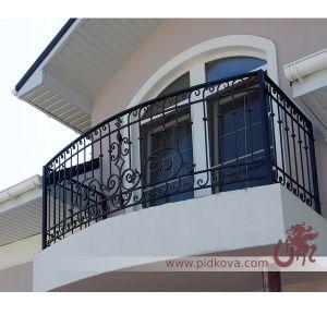 Балкон с элементами из профильной трубы