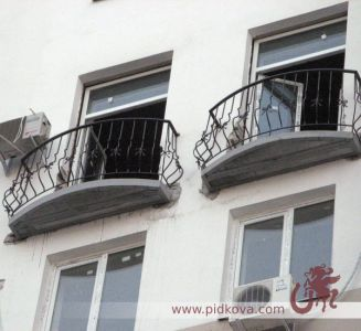 Кованый выгнутый балкон