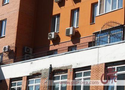 Кованое ограждение на балконе и решетки от соседей