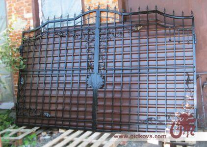 Кованые ворота, зашитые профлистом