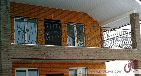 Выгнутый балкон с ветками лозы