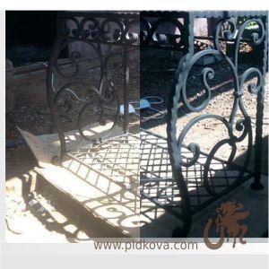 Кованый стол с сеткой внизу