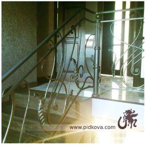 лестница ручной ковки с крупными листьями
