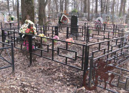 Сварная массивная оградка на кладбище