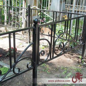 Кованые оградки на кладбище фото