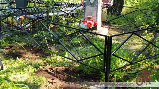 Сварная оградка на кладбище.