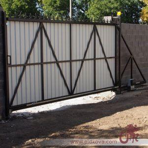 Откатные автоматические ворота. Вид со двора.