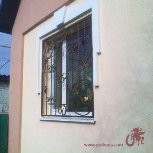 Стальная кованая решётка на окно