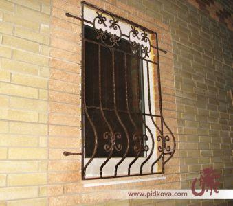 Кованая выгнутая решётка на окно