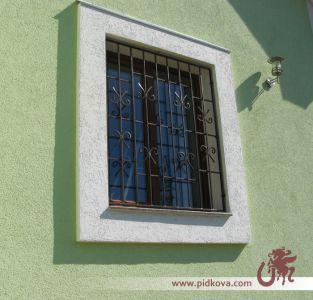Решетка на окно с элементми ковки