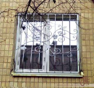 Решетка оконная с виноградными ветками