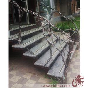 лестница с дубовыми листьями