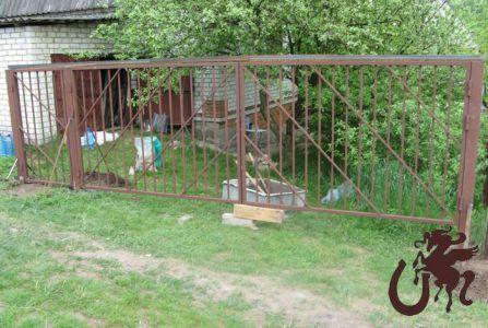 Недорогой дачный вариант сварных решетчатых ворот.