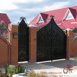 Кованые высокие ворота, зашитые черным листом.
