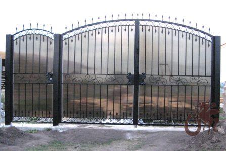 Кованые распашные ворота, зашитые поликарбонатом