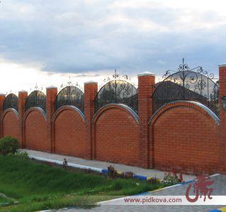 Кованая вставка на забор с сеткой