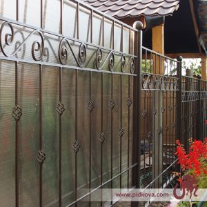 Кованый забор, зашитый поликарбонатом
