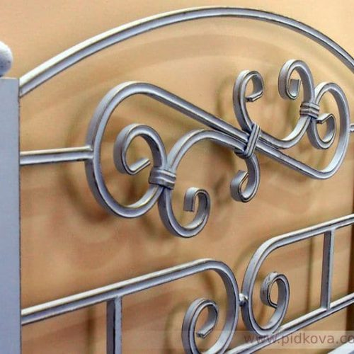 кровать с элементами из трубы