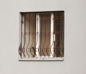 Выгнутая решетка на окно