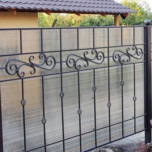 забор с элементами из трубы