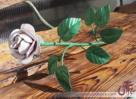 белая кованая роза