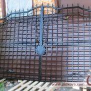 кованые ворота зашитые профнастилом
