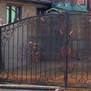 Кованые ворота, зашитые поликарбонатом
