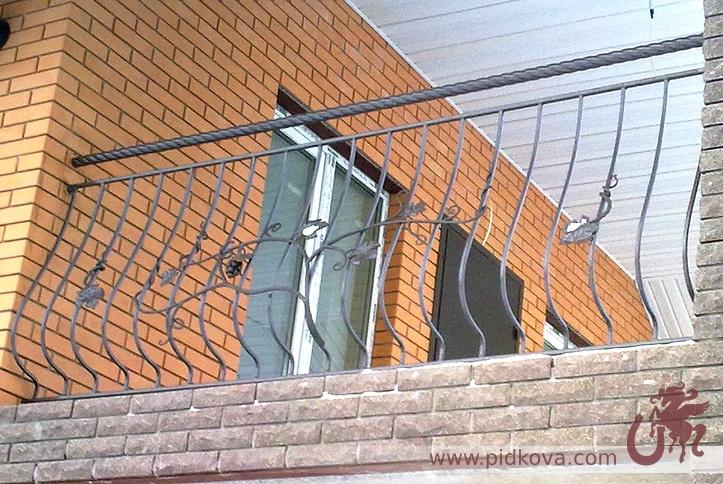пузатый кованый балкон с лозой