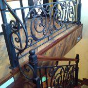 классические кованые перила в дом