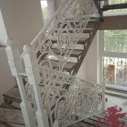 классические кованые перила на второй этаж