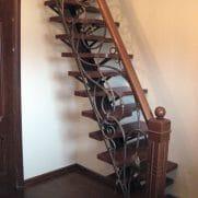 кованые перила на лестницу с деревянным поручнем