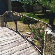 кованые перила на мостик под дерево